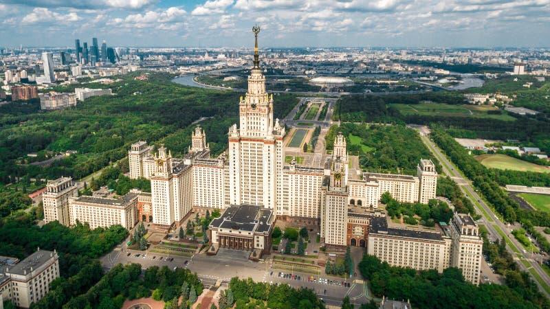 Flyg- sikt för Lomonosov Moskvadelstatsuniversitet royaltyfri foto