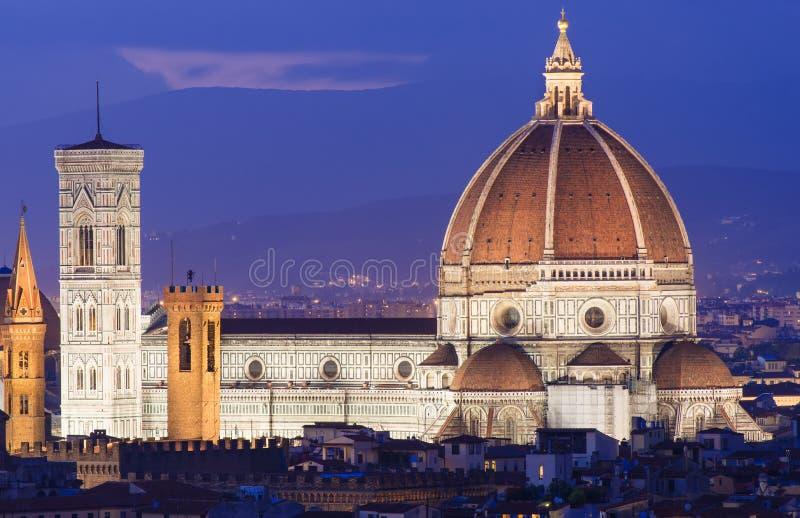 Flyg- sikt för natt av Florence med domkyrkan av Santa Maria del Fiore (duomoen) arkivbild