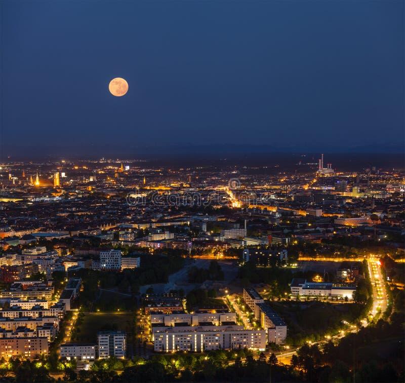 Flyg- sikt för natt av Munich, Tyskland arkivbilder