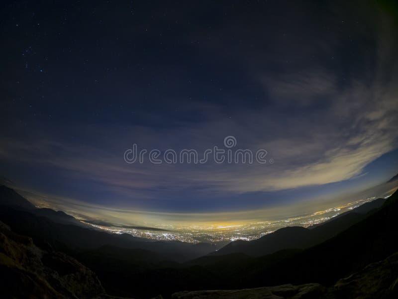 Flyg- sikt för natt av Rancho Cucamonga område arkivbild