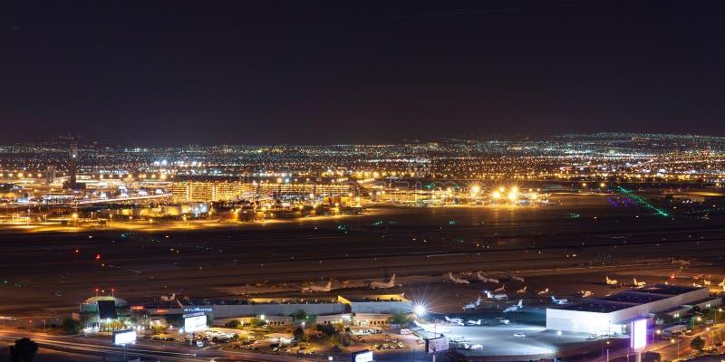 Flyg- sikt för nattetid av McCarran den internationella flygplatsen i Las Vegas royaltyfria foton