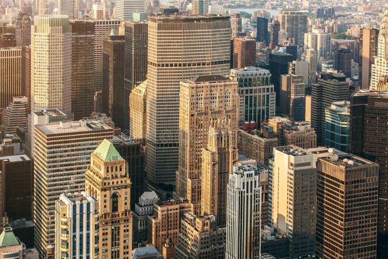 Flyg- sikt för New York City Manhattan gata med fot- och upptagen trafik för skyskrapor Sikt från Empire State Building arkivfoto