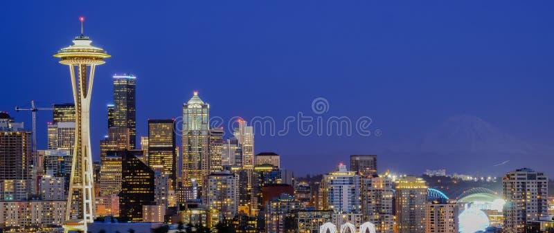 Flyg- sikt för panorama av Seattle i stadens centrum cityscape på aftonen arkivbilder
