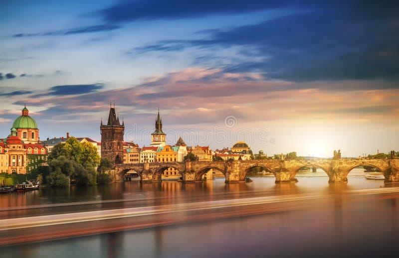 Flyg- sikt för scenisk vårsolnedgång av den gamla stadpirarchitectuen arkivbild