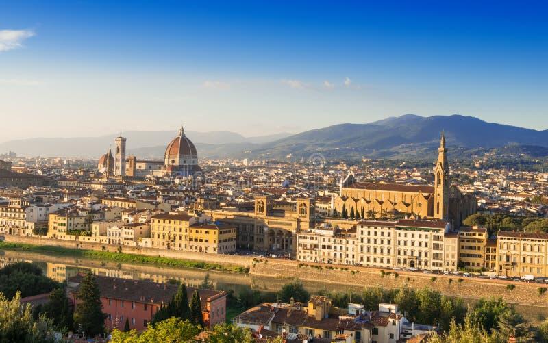 Flyg- sikt för solnedgång av Florence med domkyrkan av den Santa Maria del Fiore duomoen, Palazzo Vecchio och Ponte Vecchio royaltyfria bilder