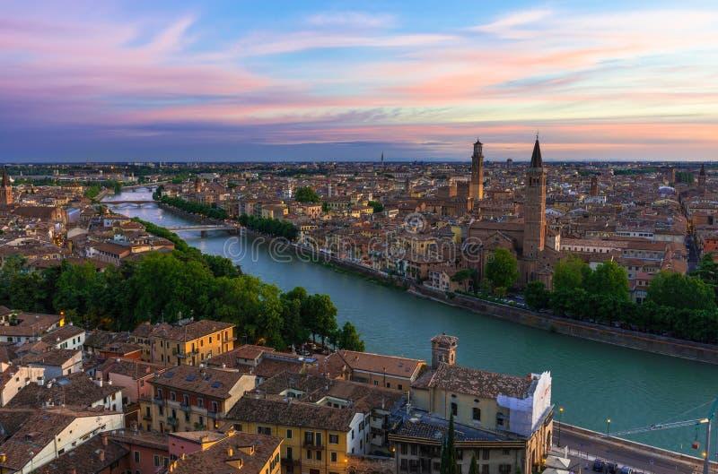 Flyg- sikt för solnedgång av Verona arkivfoton