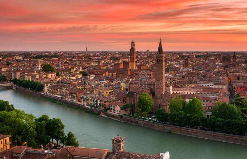 Flyg- sikt för solnedgång av Verona arkivfoto