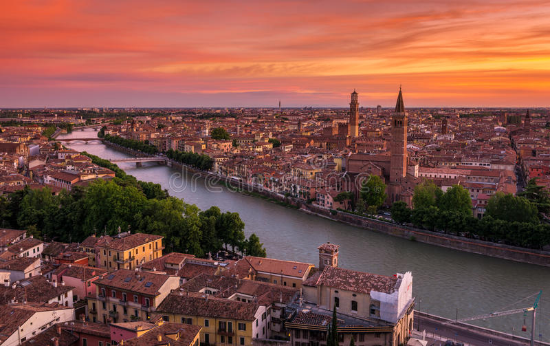 Flyg- sikt för solnedgång av Verona royaltyfria foton