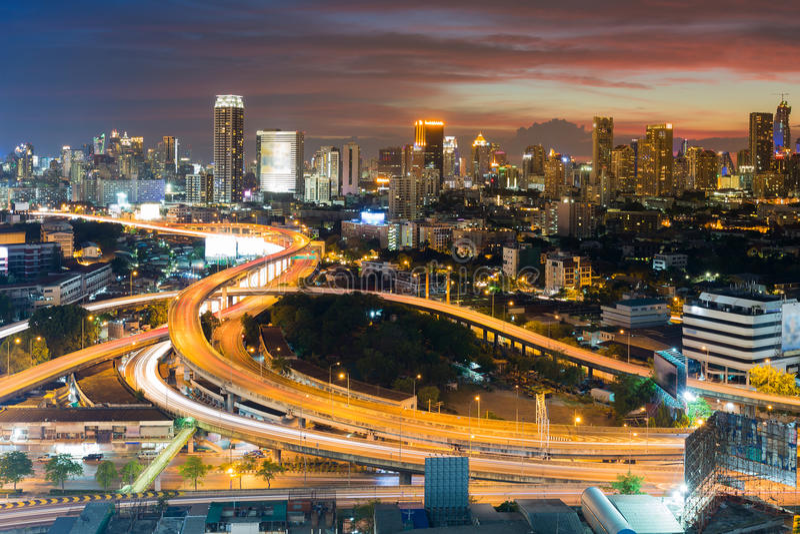 Flyg- sikt för stad och för huvudväg, med härlig solnedgånghimmelbakgrund fotografering för bildbyråer
