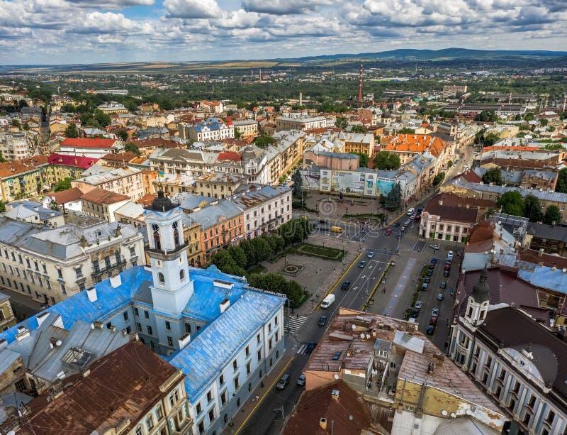Flyg- sikt för stadshusöverkant, liten provinsiell europé, panorama Chernivtsi Ukraina arkivfoton