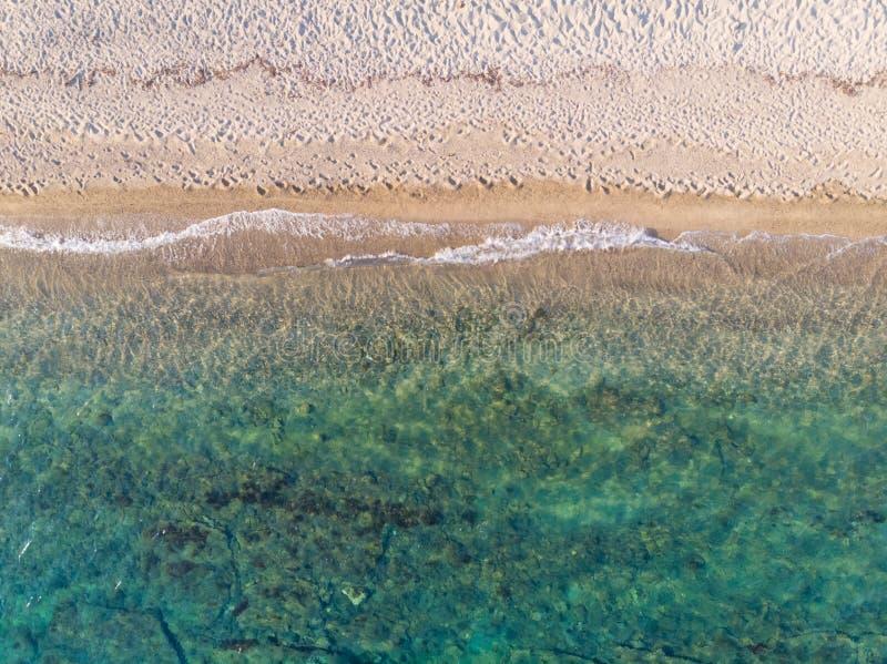 Flyg- sikt för surr från över av sandigt grön och blå havsvatten för strand, arkivfoton