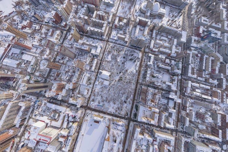Flyg- sikt för vinterlandskap av staden av Novosibirsk, med opera- och balettteatern, en stadion, högväxta byggnader, hus med royaltyfri fotografi