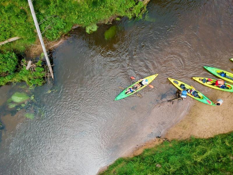 Flyg- sikt f?r flodKayaker Sportsmans i kajaker som paddlar på den sceniska floden fotografering för bildbyråer