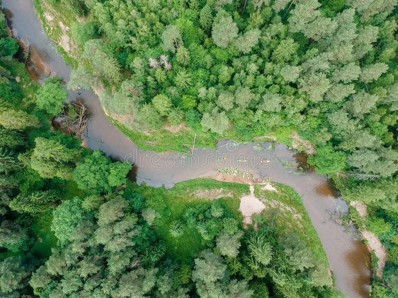 Flyg- sikt f?r flodKayaker Sportsmans i kajaker som paddlar på den sceniska floden arkivbild