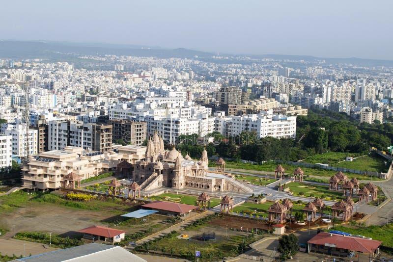 Flyg- sikt f?r Swaminarayan tempel fr?n kullen, Pune, Maharashtra, Indien arkivbilder