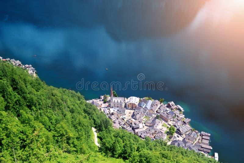 Flyg- sikt från över på den berömda historiska Hallstatt staden på Hallstatter sjön i österrikiska fjällängar sceniskt lopp f?r d arkivbild