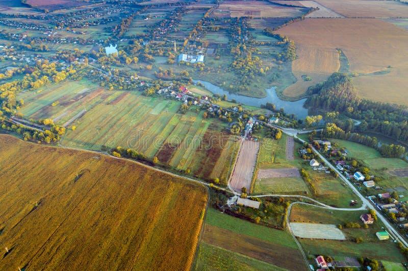 Flyg- sikt från över på by-, flod- och åkermarkfält fotografering för bildbyråer