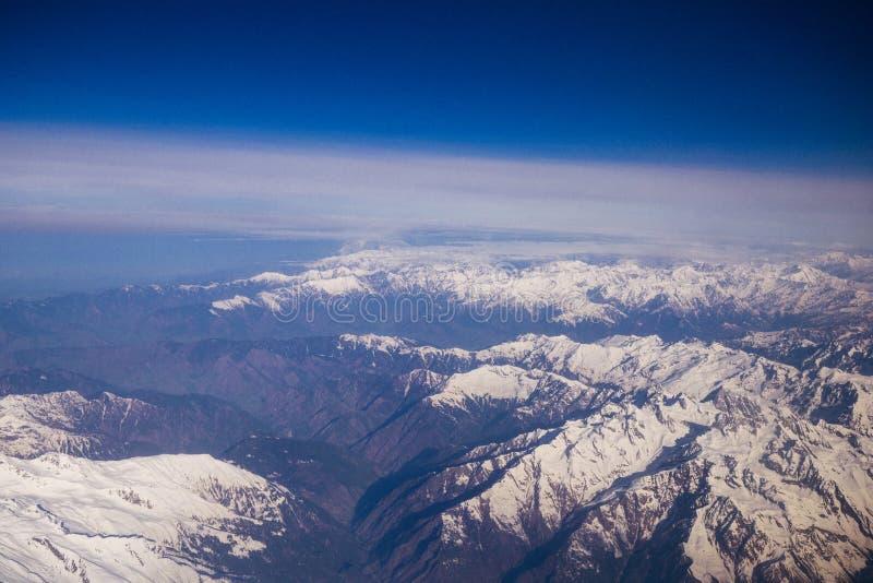 Flyg- sikt från överkant av snöberget arkivfoton