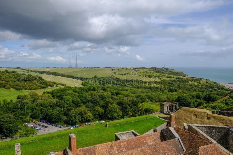 Flyg- sikt från den Dover Castle väggen som ser över bygd arkivfoton