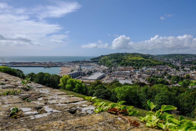 Flyg- sikt från den Dover Castle väggen som ser över den Dover hamnen royaltyfria bilder