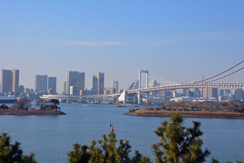 Flyg- sikt från den Tokyo staden och regnbågebron i Tokyo arkivfoto