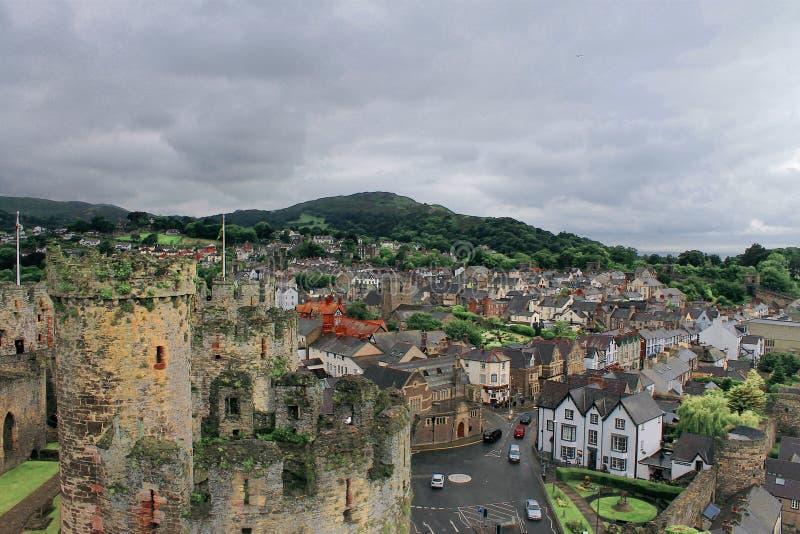 Flyg- sikt från en slott som förbiser en stad arkivbild