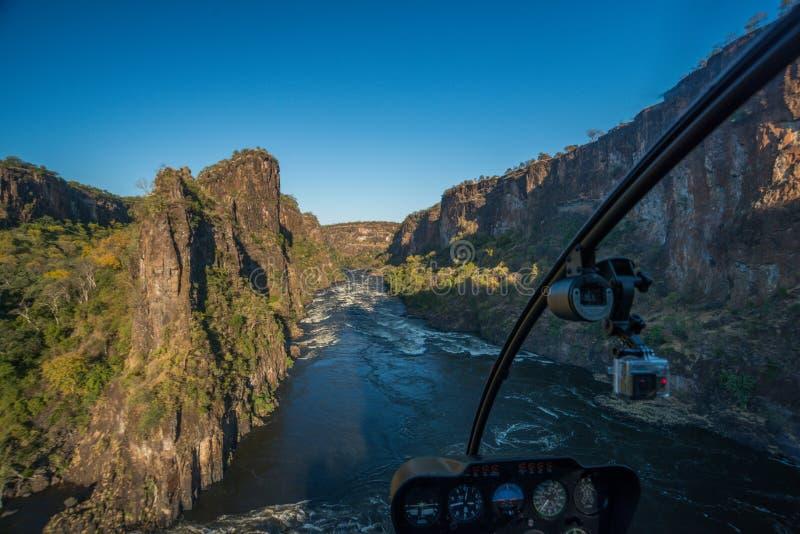 Flyg- sikt från helikoptern av den solbelysta klyftan royaltyfri fotografi