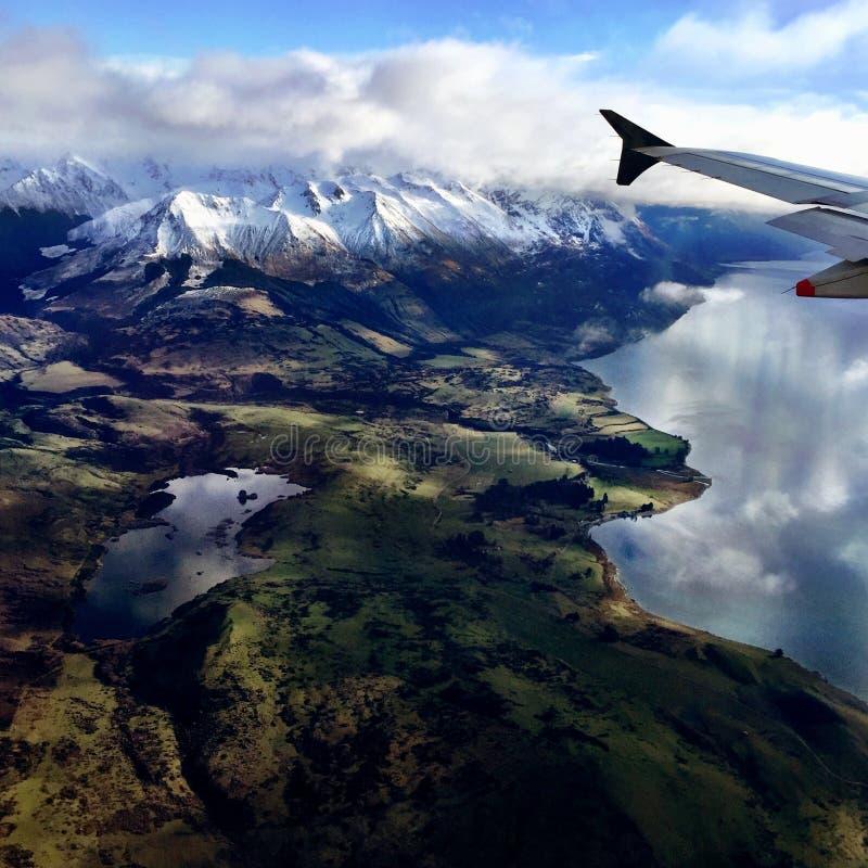 Flyg- sikt från nivån av berg- och sjölandskapet royaltyfri bild
