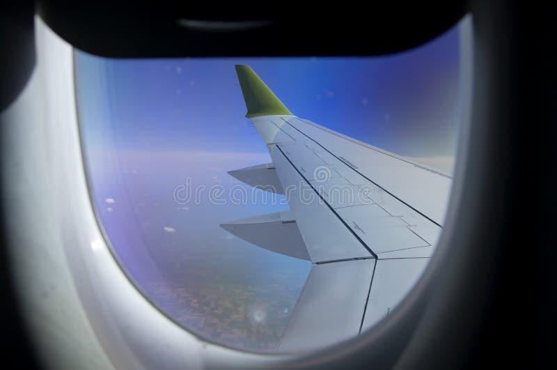 Flyg- sikt från plant fönster med flygplanvingen och Andean bergskedja under fotografering för bildbyråer