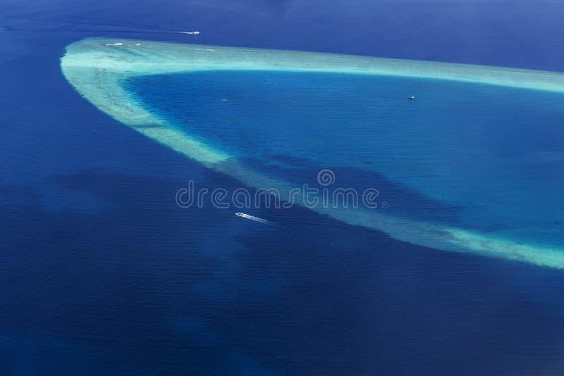 Flyg- sikt från sjöflygplanet över atoller arkivbilder