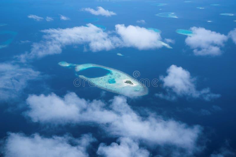 Flyg- sikt från sjöflygplanfönster över atoller på Indiska oceanen Mal arkivbilder