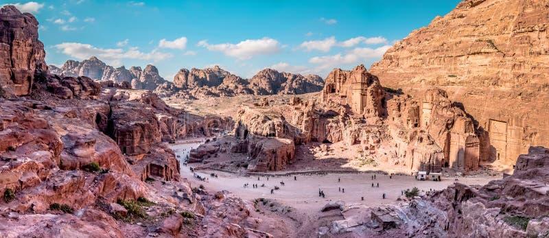 Flyg- sikt från vägen till det höga offret över Petra, Jordanien arkivfoto
