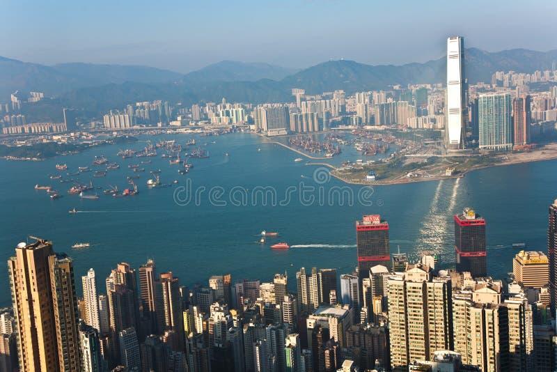Flyg- sikt från Victoria Peak till fjärden och skyskraporna av Hong Kong arkivfoto