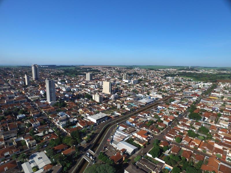 Flyg- sikt i den Sertaozinho staden, Sao Paulo, Brasilien royaltyfria foton