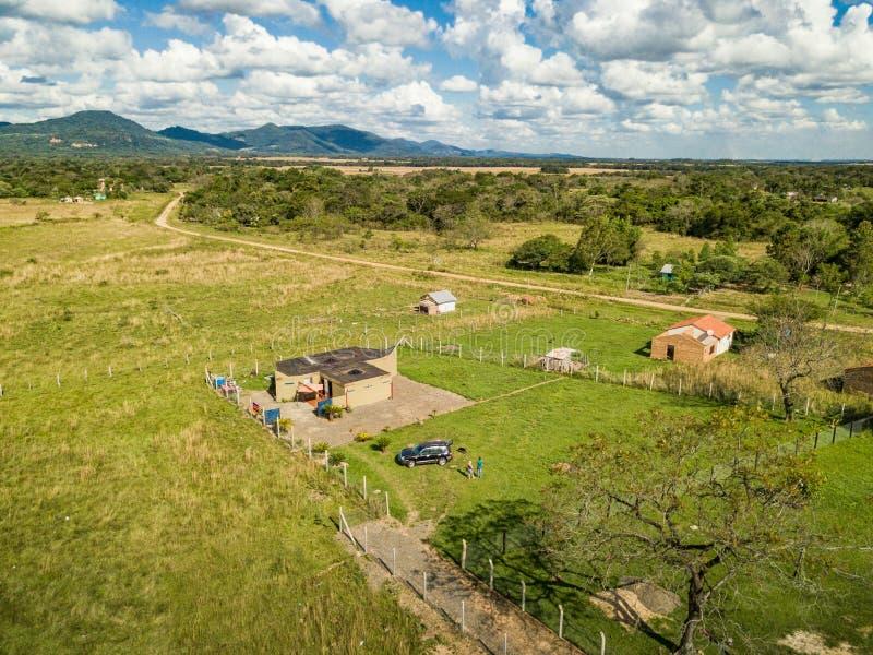Flyg- sikt i Paraguay som förbiser de Ybytyruzu bergen royaltyfri fotografi