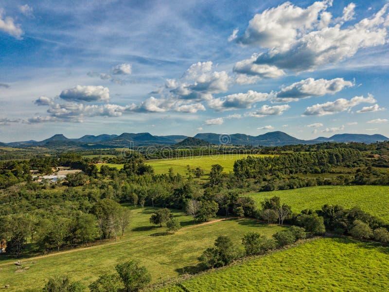 Flyg- sikt i Paraguay som förbiser de Ybytyruzu bergen fotografering för bildbyråer