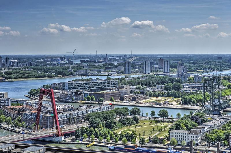 Flyg- sikt med floden och broar arkivfoto