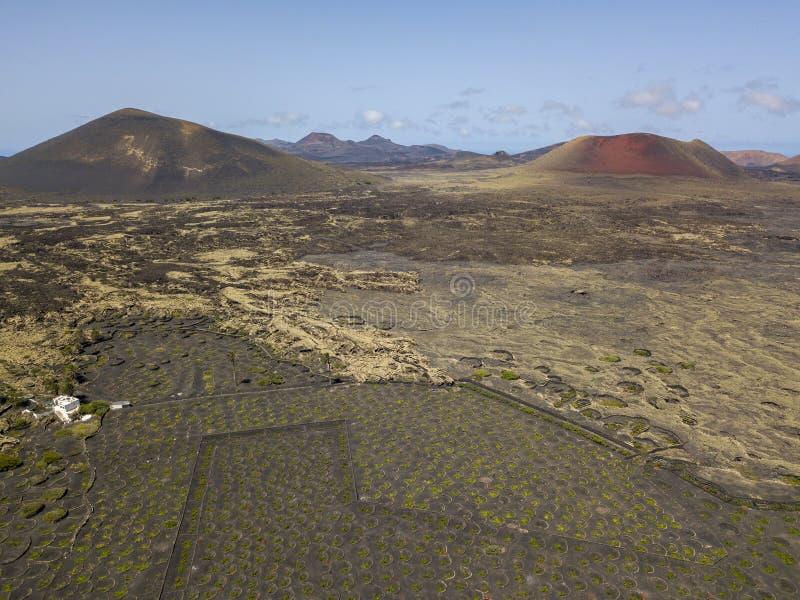 Flyg- sikt Montaña Negra och Caldera Colorada, Lanzarote, kanariefågelöar, Spanien, Europa arkivbild