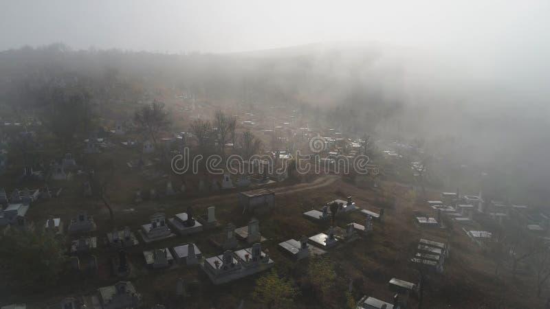 Flyg- sikt om kyrkogården på en dimmig morgon i sic byn, Transyvania, Rumänien royaltyfria foton
