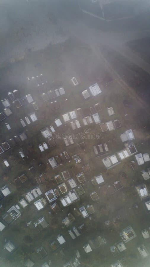Flyg- sikt om kyrkogården på en dimmig morgon i sic byn, Transyvania, Rumänien royaltyfri foto
