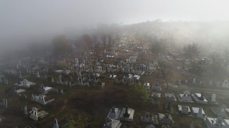 Flyg- sikt om kyrkogården på en dimmig morgon i sic villag fotografering för bildbyråer
