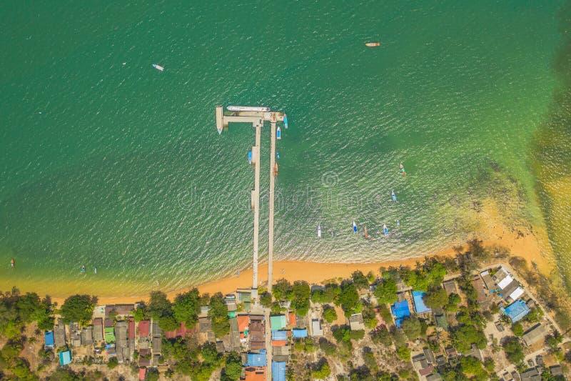 flyg- sikt ovanför den Koh Phayam bryggan arkivfoton