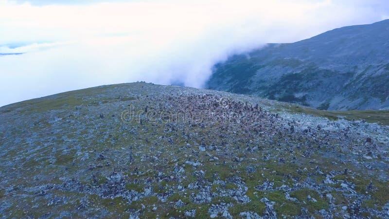 Flyg- sikt på bergmaximum med sjöbakgrund Fantastiskt berglandskap med damm arkivbilder