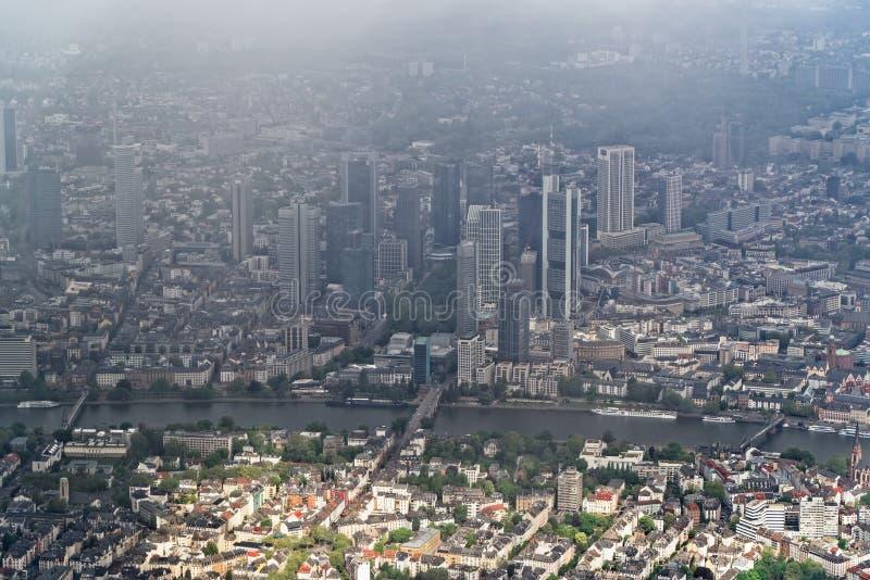 Flyg- sikt på centret av Frankfurt - är - strömförsörjning, Tyskland arkivfoto