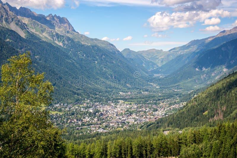 Flyg- sikt på den Chamonix dalen i sommar, Mont Blanc massiv, fjällängarna Frankrike royaltyfri bild