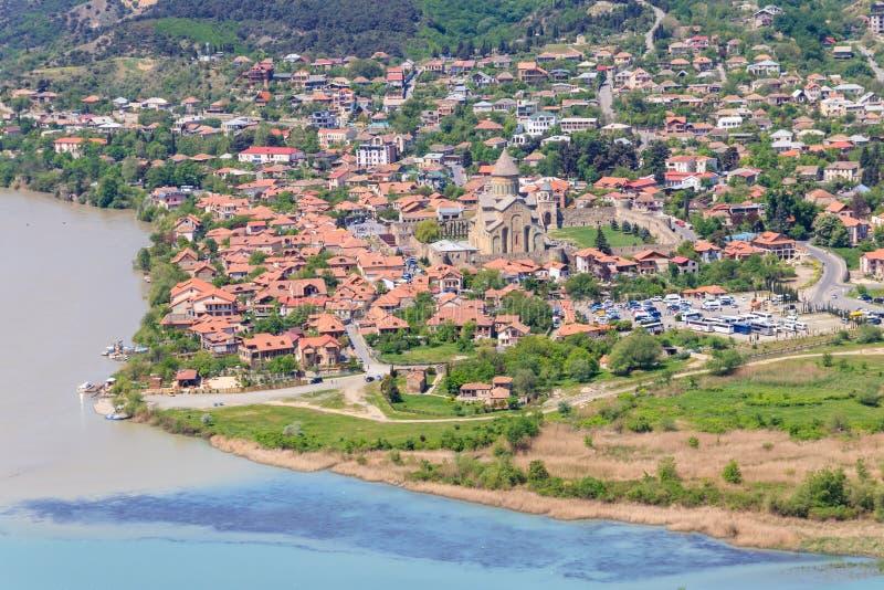 Flyg- sikt på den gamla staden Mtskheta och sammanflöde av floderna Kura och Aragvi i Georgia royaltyfri foto