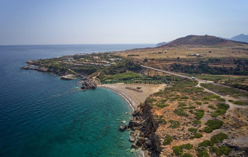 Flyg- sikt på den Geropotamos stranden och vägbron på Kreta, Grekland arkivfoton