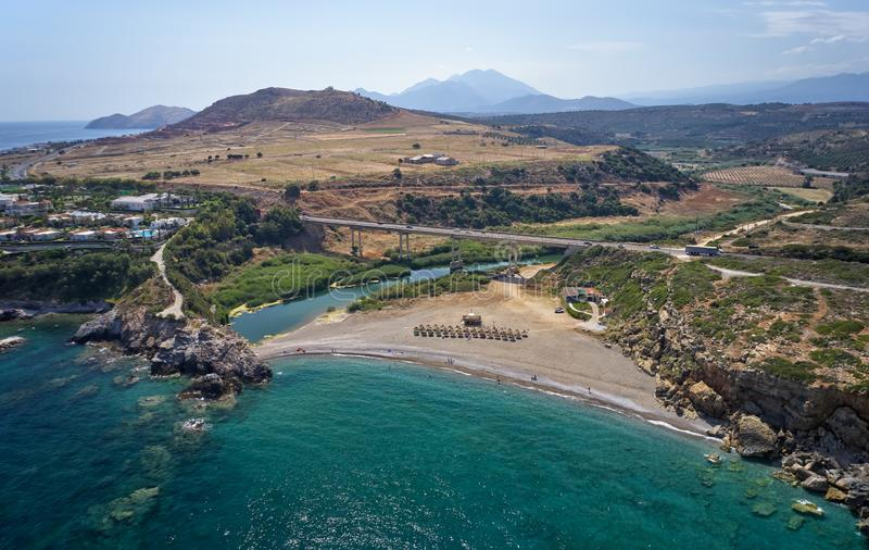 Flyg- sikt på den Geropotamos stranden och vägbron på Kreta, Grekland royaltyfri bild