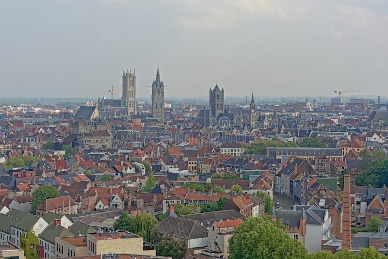 Flyg- sikt på den historiska mitten av staden av Ghent, Flanders, Belgien som visar de berömda tre tornen arkivbild