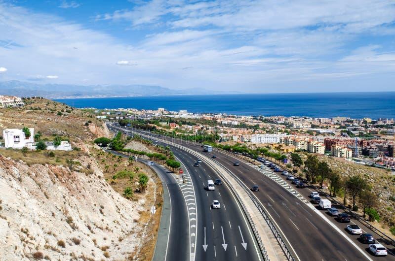 Flyg- sikt på den medelhavs- huvudvägen längs den Benalmadena staden Costa del Sol Andalusia, sydliga Spanien arkivfoton